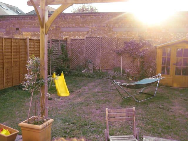 Nice room, nice house, nice garden - Surbiton - Rumah