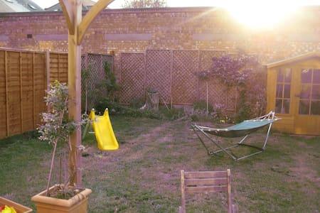 Nice room, nice house, nice garden - Surbiton - House