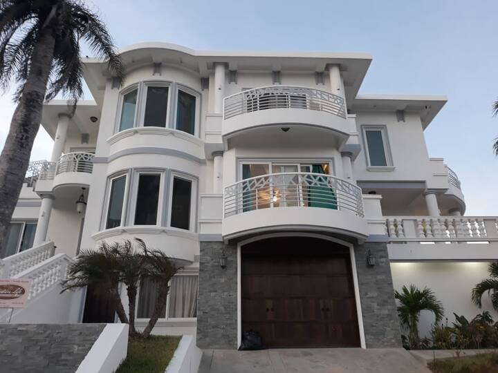 BRAND NEW STUDIO! Access to private beach and pool