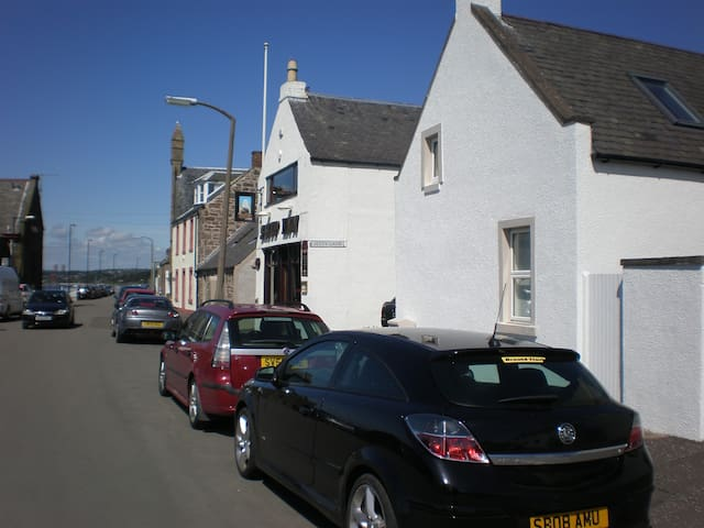Dundee City Waterfront Cottage in Broughty ferry.