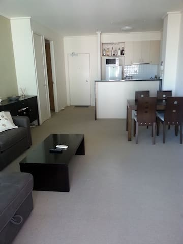 Entire apartment, communal pool, tennis court, gym - Southbank