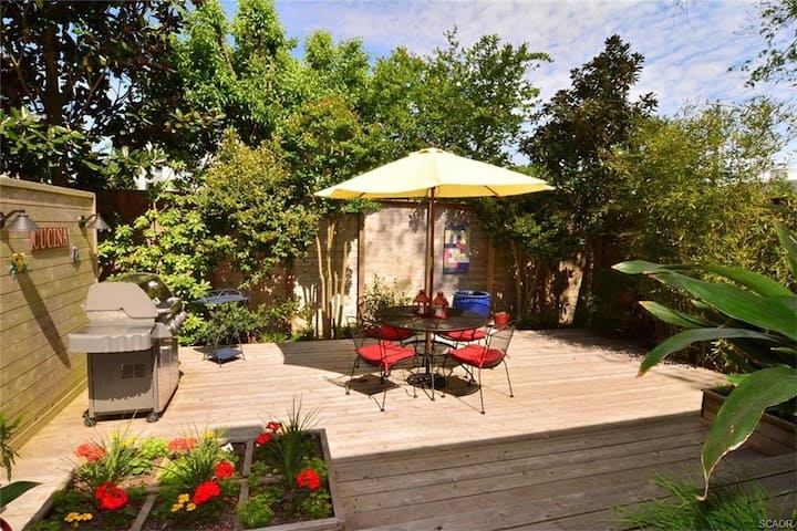 Secluded garden retreat, very close to the beach