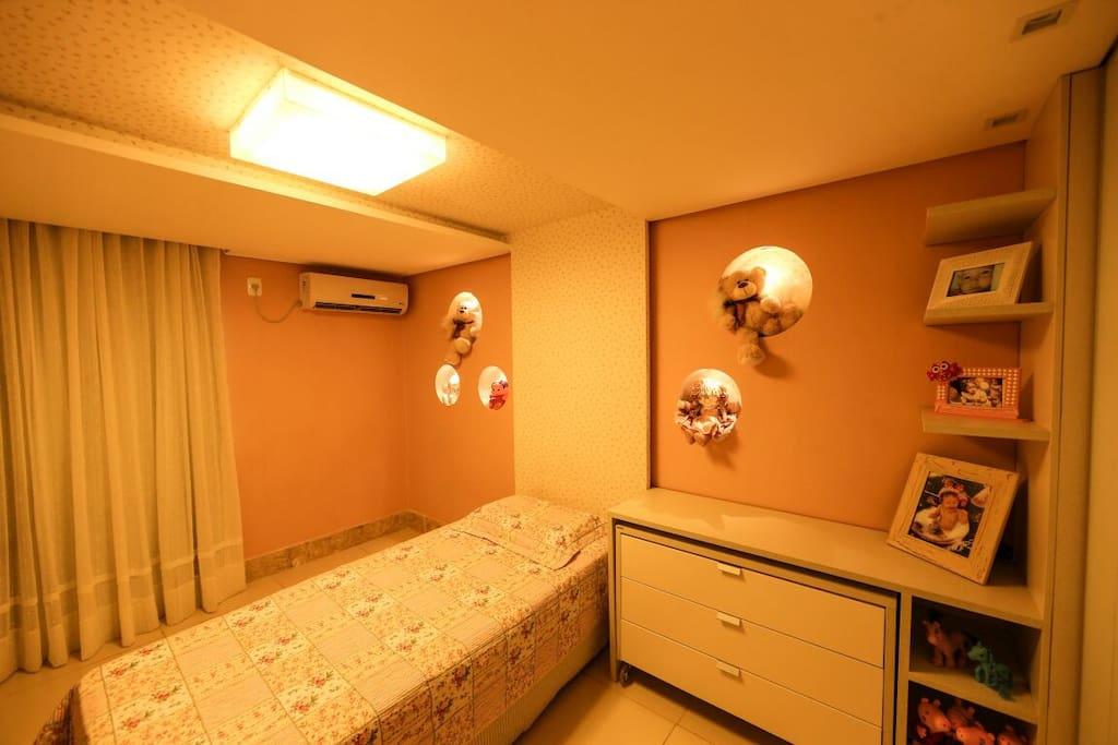 Quarto com 1 bicama (acomoda 3 pessoas, pois o colchão é solteirão e pode ser retirado da cama que tem um leve acolchoamento, além da cama auxiliar embutida), armários e iluminação de Led, ar condicionado, cortina e TV.