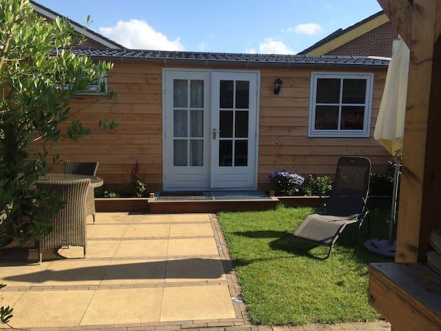Tuinhuis met terras, veranda en sauna - Hazerswoude-Dorp - Houten huisje