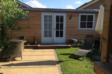 Tuinhuis DeKruisbes met terras, veranda en sauna - Hazerswoude-Dorp - Kabin