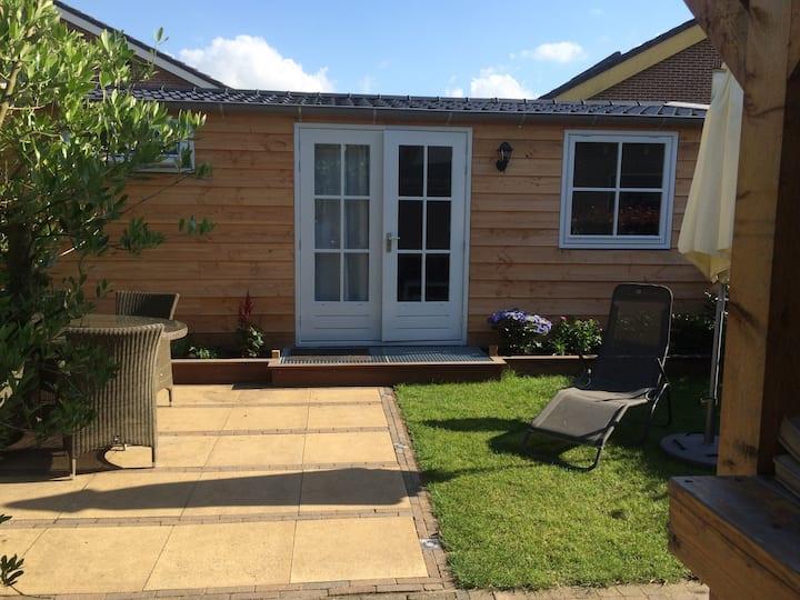 Tuinhuis met terras, veranda en sauna