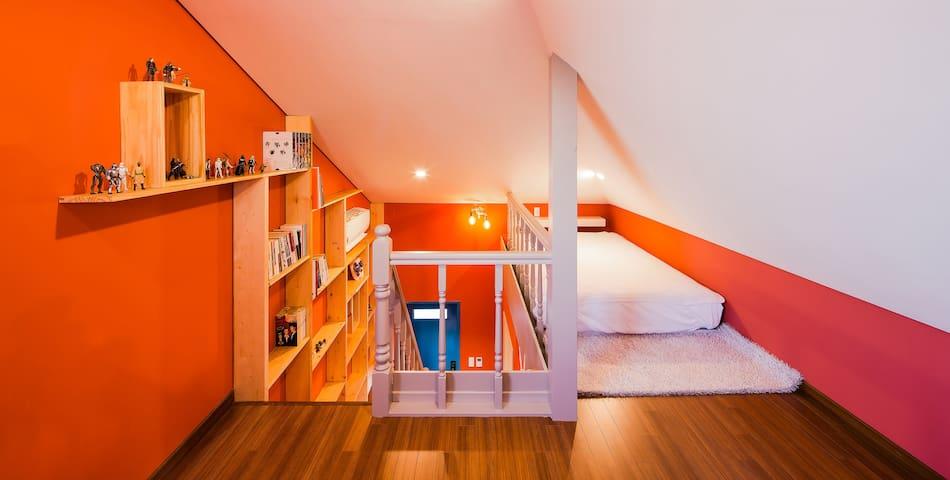 더블침대와 쇼파가 있는 3층 침실