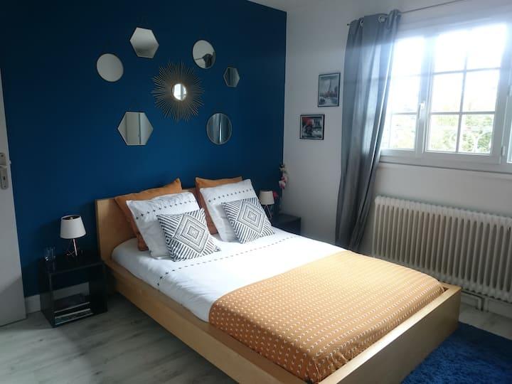 Chambre bleue au calme dans maison proche Paris