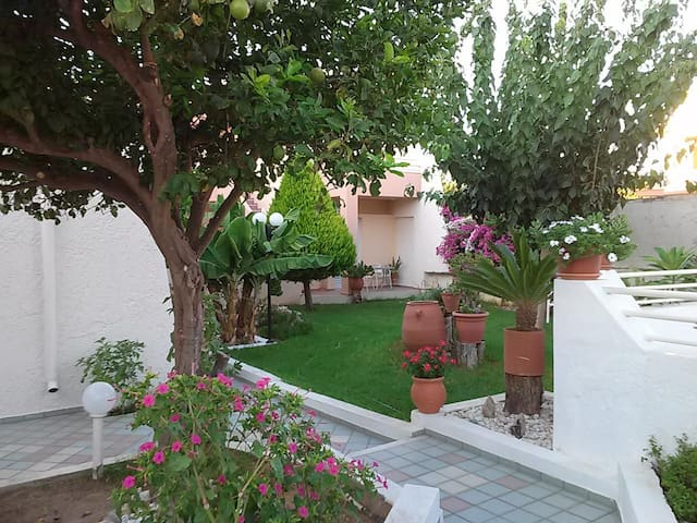 Cozy Garden View Apartment 600m from Sandy Beach - Rethymno - Byt