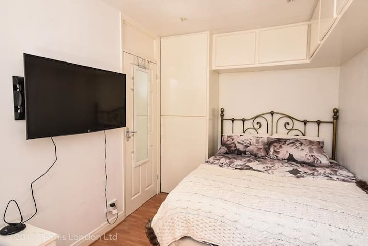 Bedroom Close to Underground and Train Station