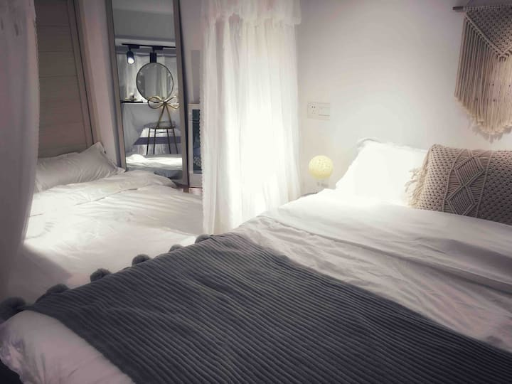 公寓民宿/超大落地窗/家庭影院投影/可住4~6人/《投宿-带珍珠的女孩》