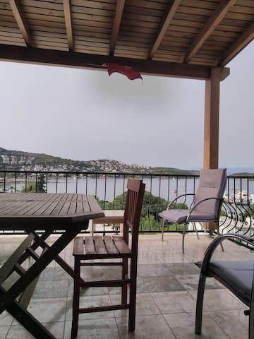 Türkbükü koyu manzaralı, sahile 50 metre 3+1 daire