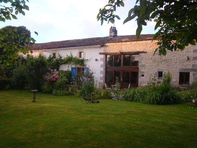 SELF-CONTAINED BARN CONVERSION, LE PETIT CORMY. - Vaux