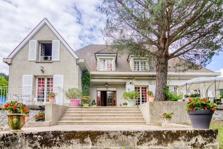 Enticing Holiday Home in Saint-Martin-de-Valamas with Pool