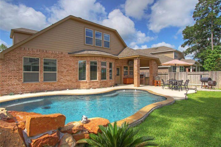 East side of The Woodlands! Private Pool!