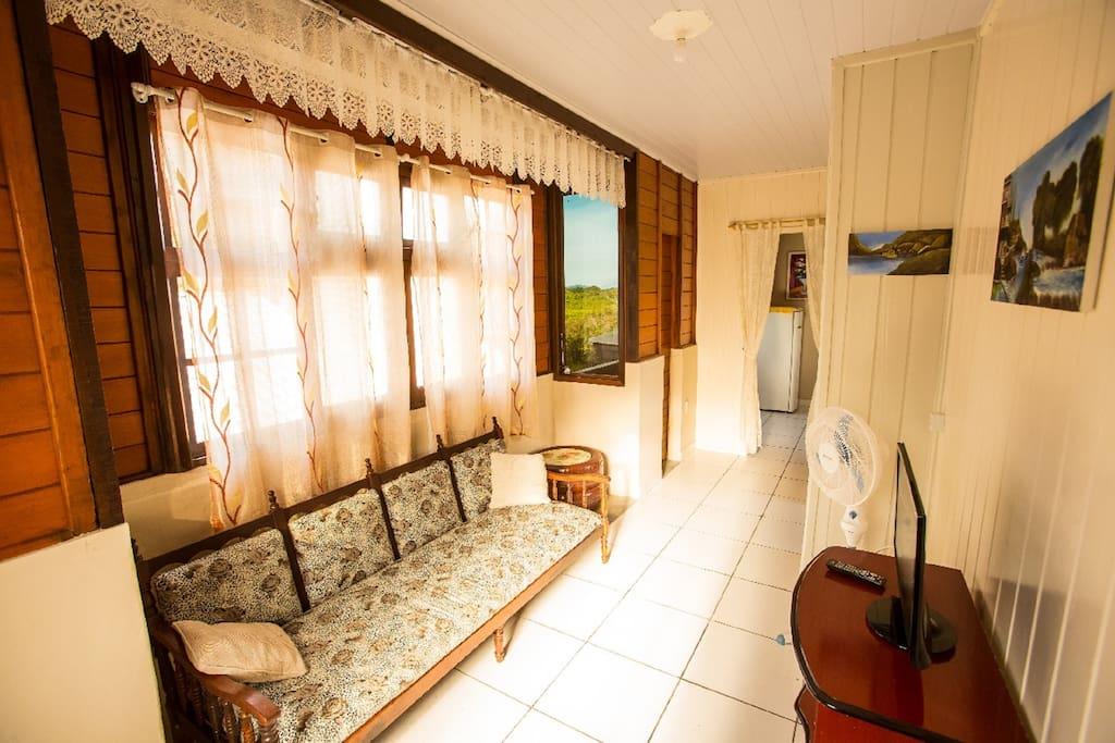 Sala de estar com vista para o verde