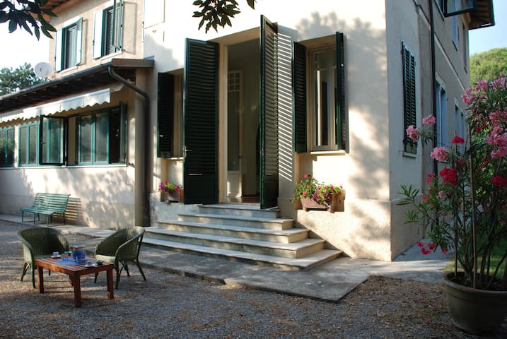 Charming Villa opposite the sea in Forte dei Marmi