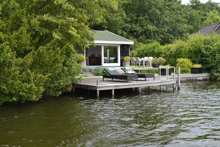 Beautiful romantic cottage directly by the Loosdrechtse Plassen.