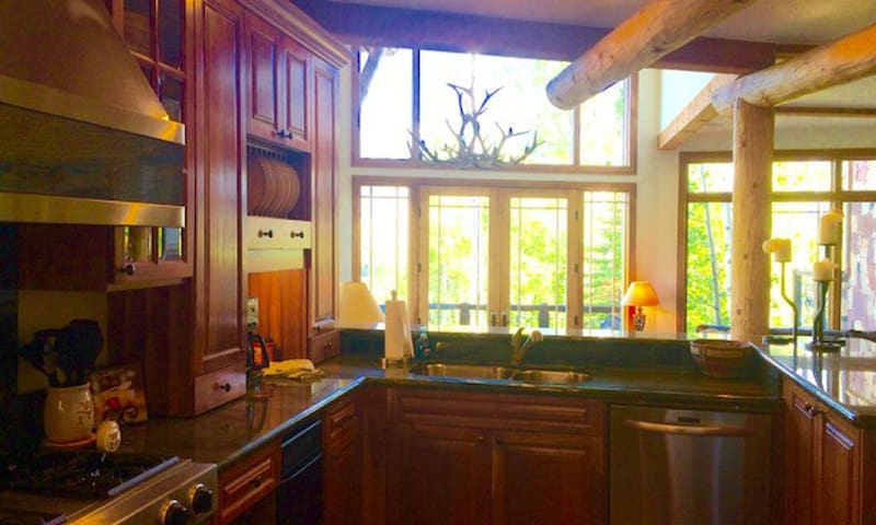3 Story Luxury Ski In/Out Townhome, Sleeps 11 - Mountain Village