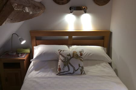 Attic bedroom with ensuite shower - Dursley - Bed & Breakfast