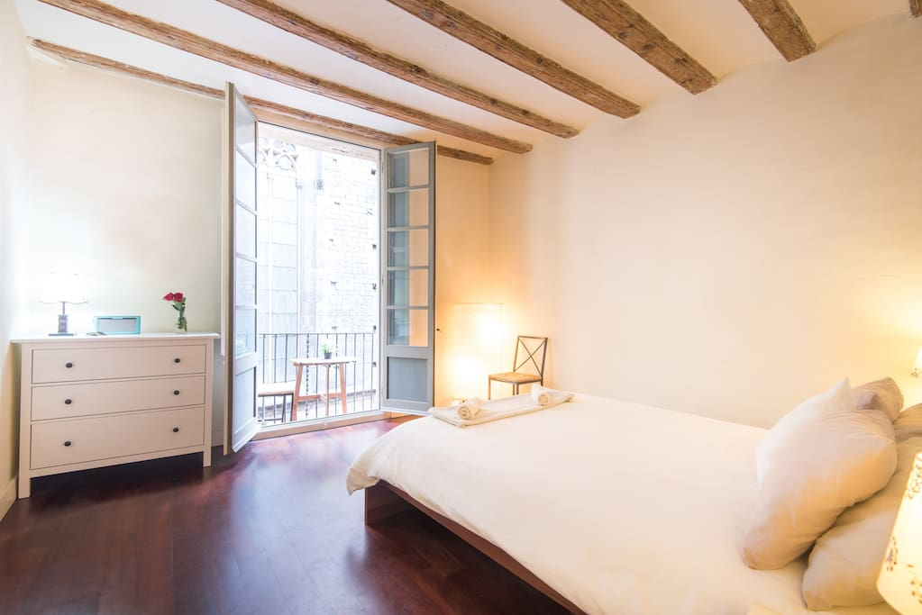 Spacious Double Room with king Size Bed, private bathroom and balcony overlooking Santa Maria del Mar