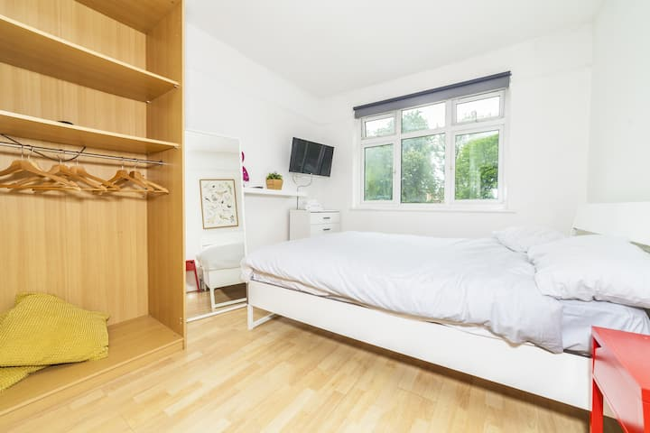 Double Room in Lingwell Road by DC London Rooms 4