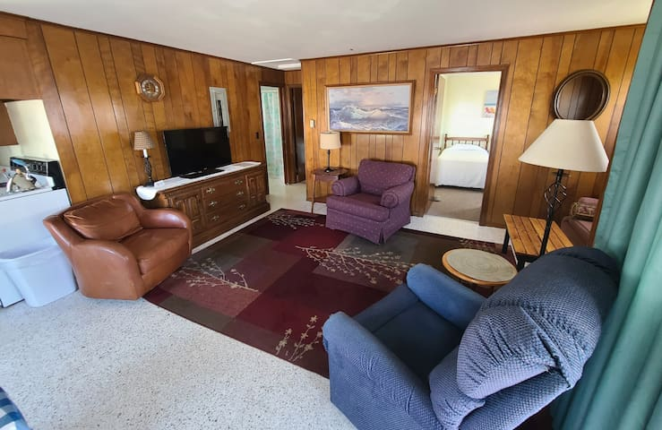 250 feet from Beach! 2 bedroom, 1 bath cottage with full kitchenette. 1Q, 2T, 1 Sofa Bed