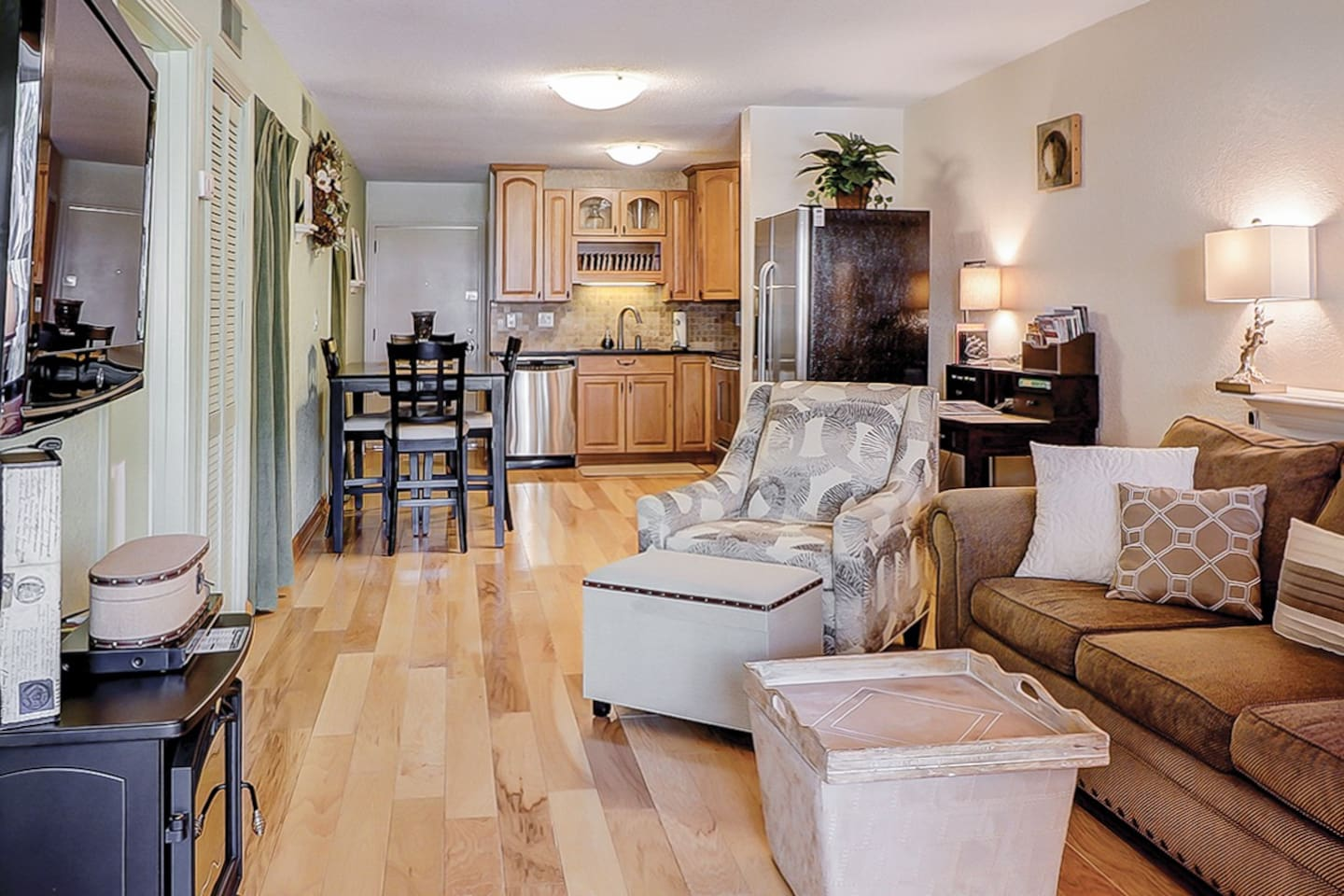 Welcome to Hilton Head Island! Relax after a long day at the beach with seating for 5 in the living area with flat screen TV. Complementary Wi-Fi is provided.