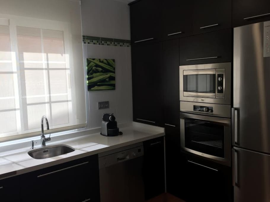 Cocina totalmente equipada, lavavajillas, horno, cafetera nesspreso, placa de gas, microondas, etc.