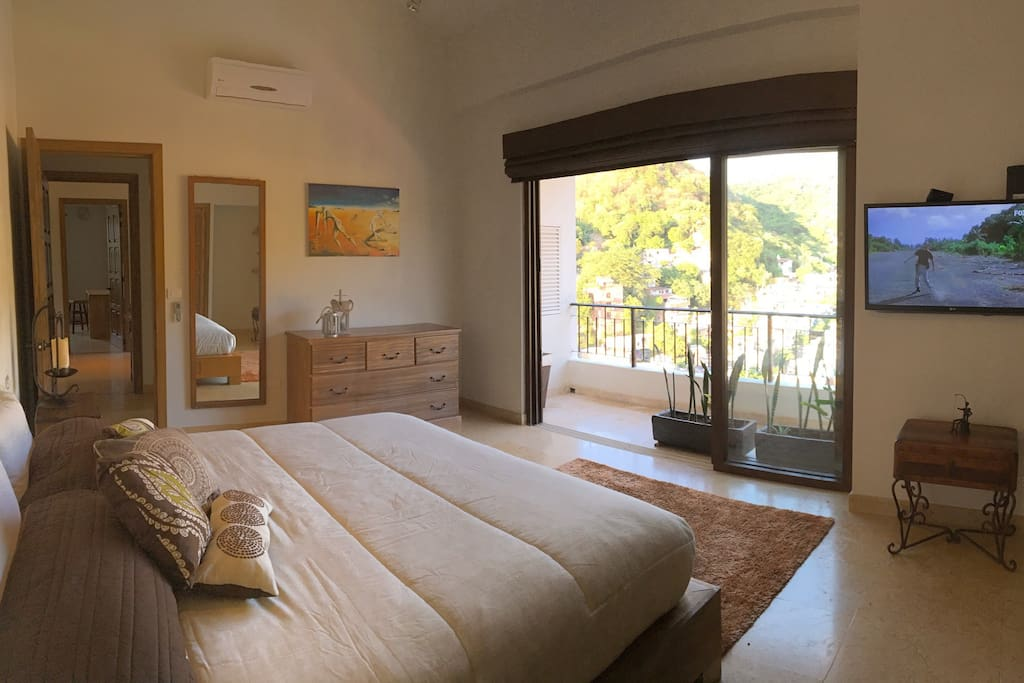 Spacious Master suite with kingsize bed, built-in closet and balcony. Enjoy a beautiful mountain view from the bed.