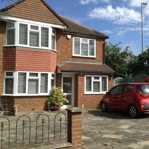 Large D/room, Friendly home, access C/London easy - Chessington