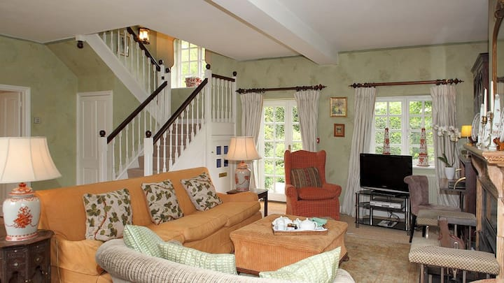 Aintree Cottage (sleeps 6 + 1 camp bed)