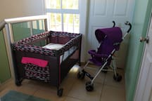 There is a pack and play & toddler stroller, available for you. (Just let me know before your arrival)   Hay una cuna corral y una carriola disponibles para ustedes. (Solo déjenme saber antes de su llegada)