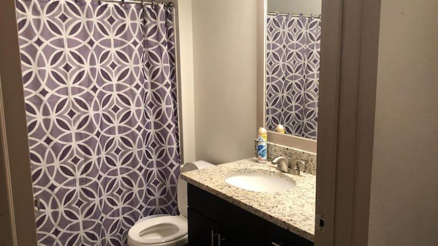 1 Habitación con baño privado detrás de Domain