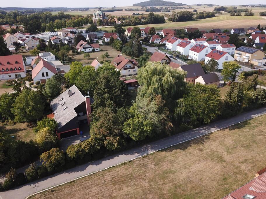 Grüne Oase von oben mit Blick auf die Wallfahrtskirche
