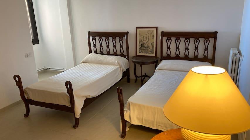 Dormitorio 4 con dos camas individuales y vistas al mar