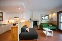 Tots els mobles de la sala tenen rodes perquè pugueu adaptar la configuració a les vostres necessitats.