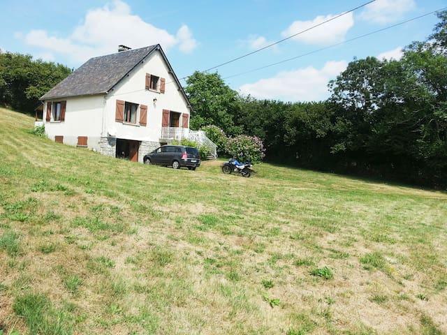 maison entourée de verdure à Trémouille-Saint-Loup