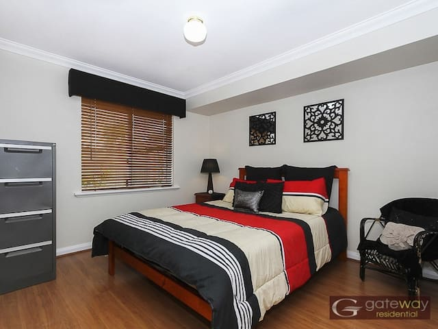 Double bed, WIFI, Spa and BBQ - Canning Vale