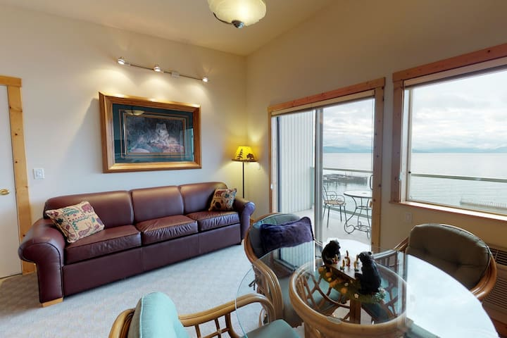 Lakefront condo w/lake views, access to shared dock & boat slip, & jetted tub!