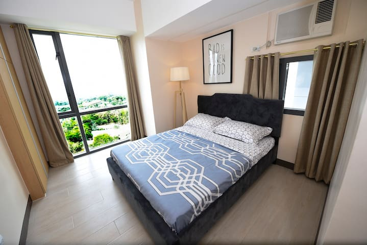Modern Spacious 1BR Viceroy Mckinley Taguig WIFI
