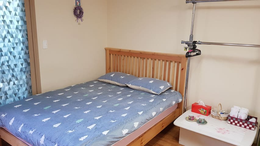 Cozy independent space, queen sized wooden bed