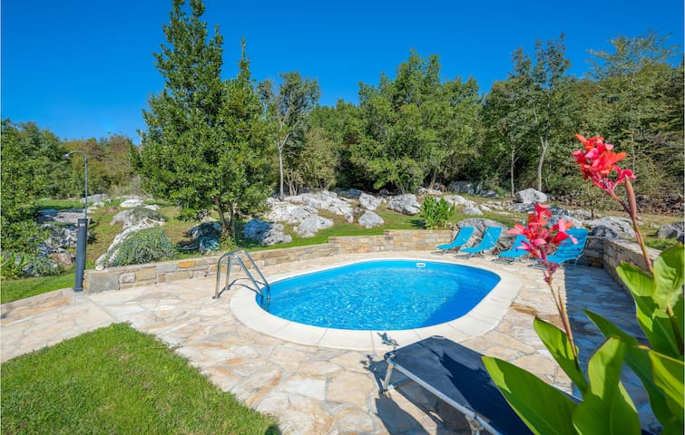 Holiday cottage with 2 bedrooms on 121m² in Brnobici