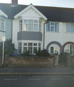 Quiet double room in lovely home by the beach! - Worthing - House