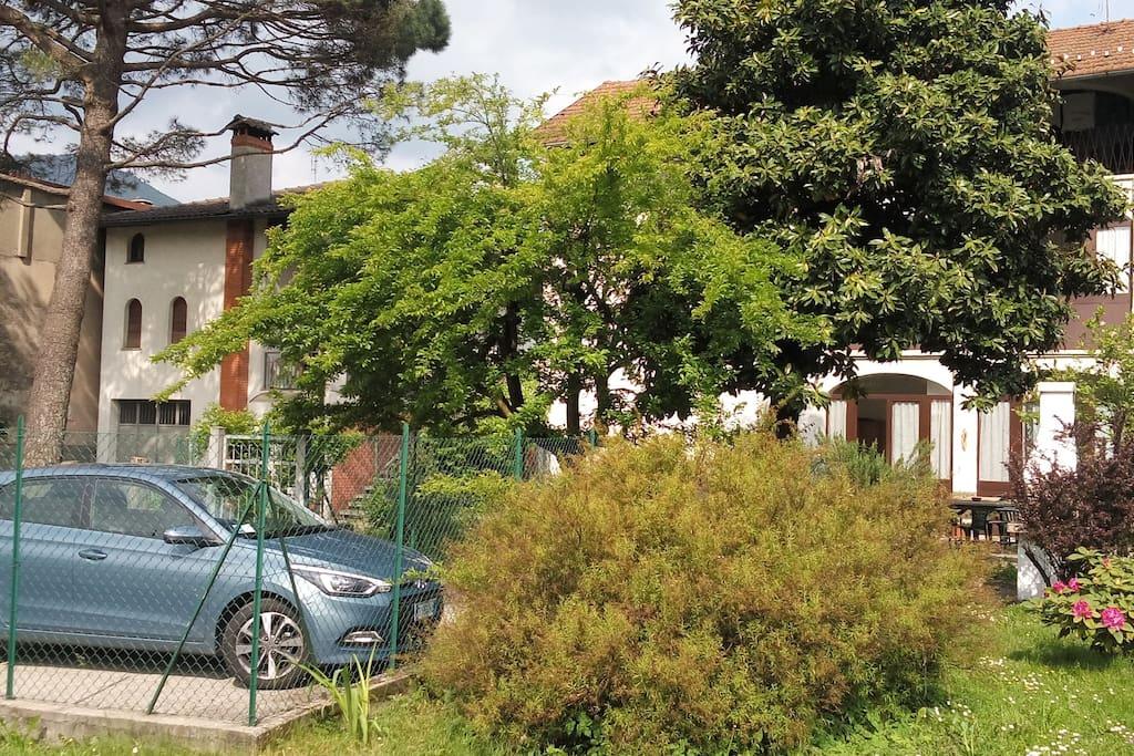 Parcheggio e giardino