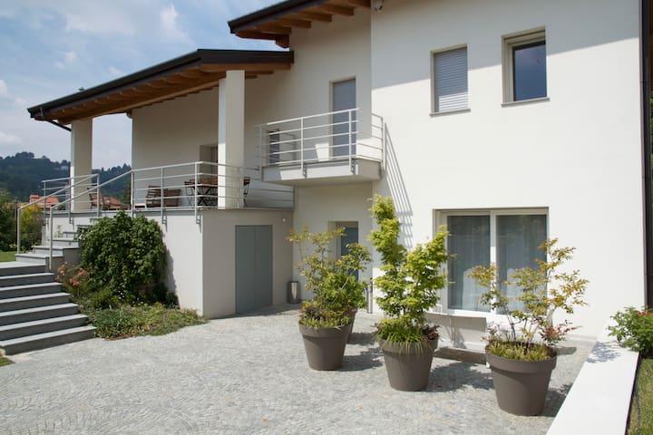 La nostra casa, al piano terra le due suite per gli ospiti - Our home on the ground floor the two guest rooms