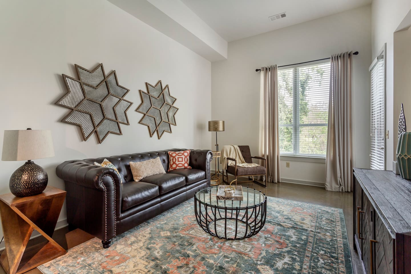 Spacious living room w/ boutique, commercial furniture
