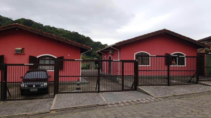 Chalés na Enseada à 6 quadras da praia - Guarujá - Almhütte