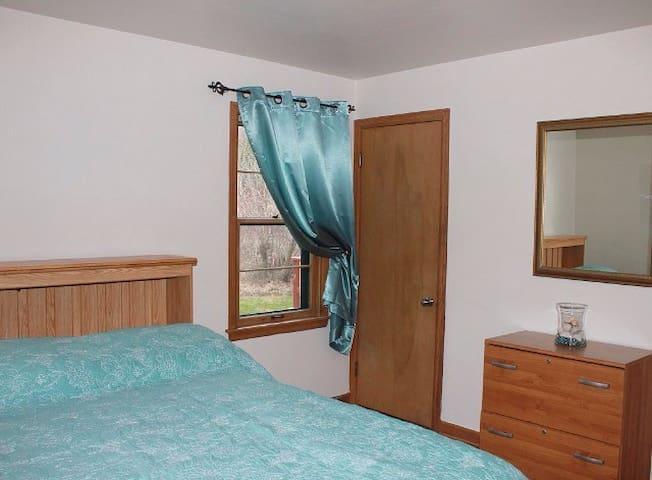 Bedroom 1: 1 queen bed.