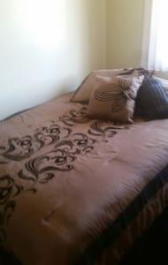 cozy bedroom in condo with parking - Montebello
